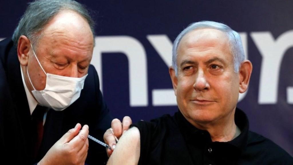 Netanyahu recibe la primera vacuna contra el COVID-19 en Israel - Foto de Twitter Benjamín Netanyahu