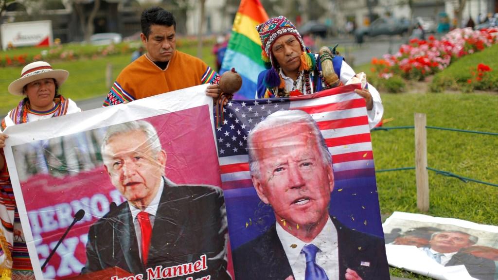 Chamanes peruanos claman tranquilidad y buena salud para 2021 - Chamanes usaron fotos de presidentes en ritual para pedir un buen año 2021. Foto de EFE