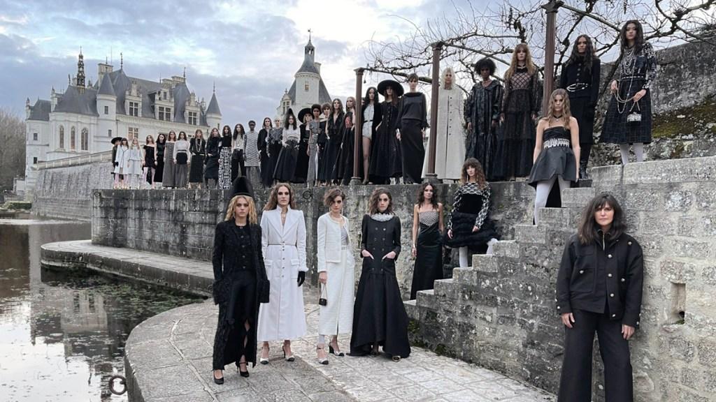 Caballeros, reinas y juego de damas en la pasarela de Chanel. Noticias en tiempo real