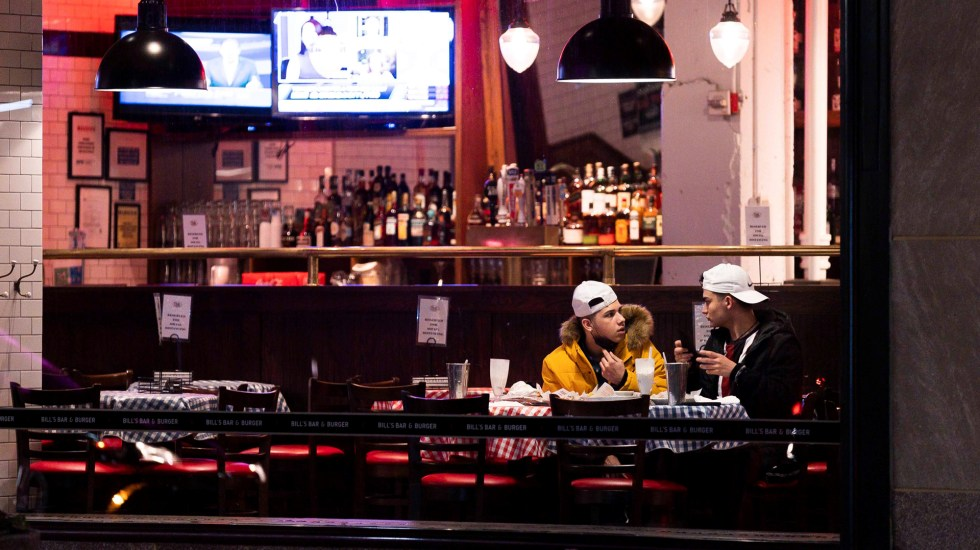 Bajan propinas en restaurantes y bares de EE.UU. por exigencia de medidas contra COVID-19 - Comensales en restaurante de Nueva York durante pandemia de COVID-19. Foto de EFE