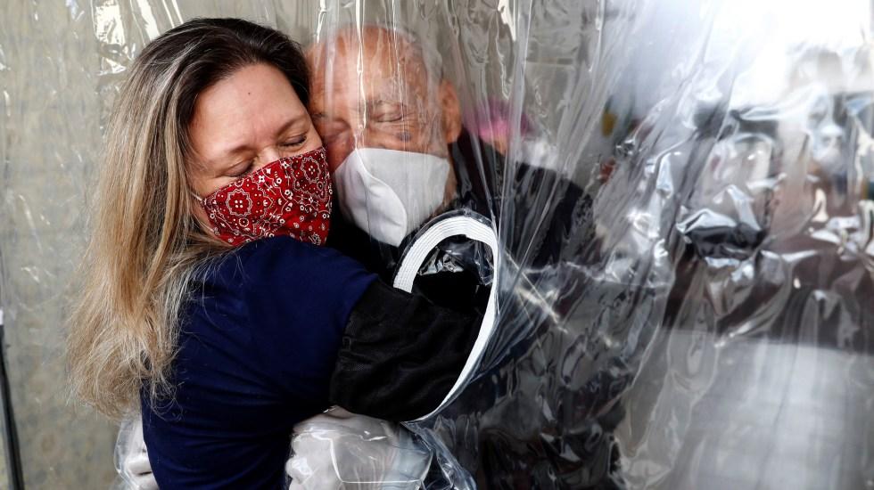 Pandemia, confinamiento y covidiota, las palabras del año en el mundo - Cortina de abrazos en asilo de Brasil. Foto de EFE