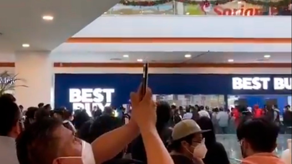 #Videos Enormes filas por liquidación en Best Buy pese a pandemia - Enormes filas por liquidación de Best Buy, pese a pandemia por COVID-19 en México. Foto Captura de pantalla