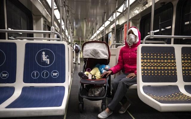 Casos globales por COVID-19 suben a 71.3 millones, con 1.6 millones de muertos - Una mujer usa mascarilla mientras se transporta por el metro de Los Ángeles, California. Foto de EFE/Etienne Laurent/Archivo.