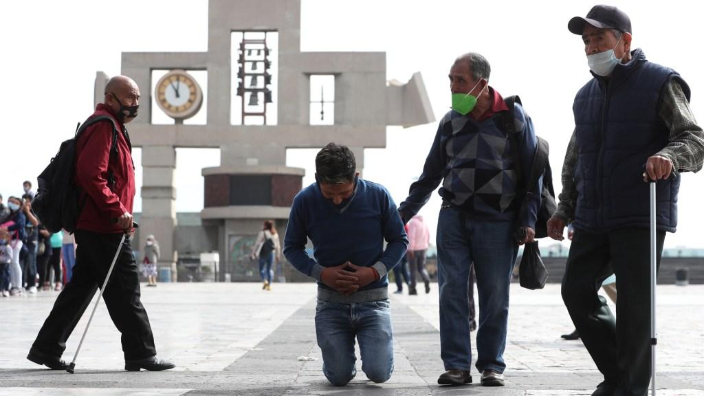 Reforzarán con Guardia Nacional la Basílica de Guadalupe para evitar peregrinaciones - Feligrés entra de rodillas a la Basílica de Guadalupe. Foto de EFE