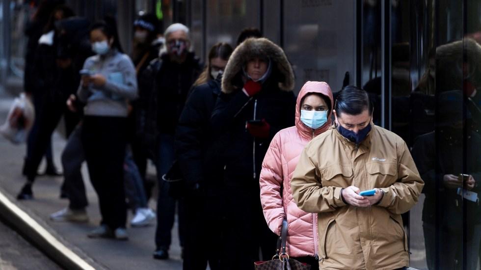 Nueva York solicita 24 mil mdd para evitar despidos por COVID-19 - Personas hacen fila para hacerse la prueba de COVID-19 en centro de atención de urgencia en Nueva York (EE.UU.). Foto de EFE
