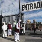 Mexicanos hacen fila en la Basílica de Guadalupe antes del cierre por la pandemia - Filtro sanitario en entrada de la Basílica de Guadalupe. Foto de EFE