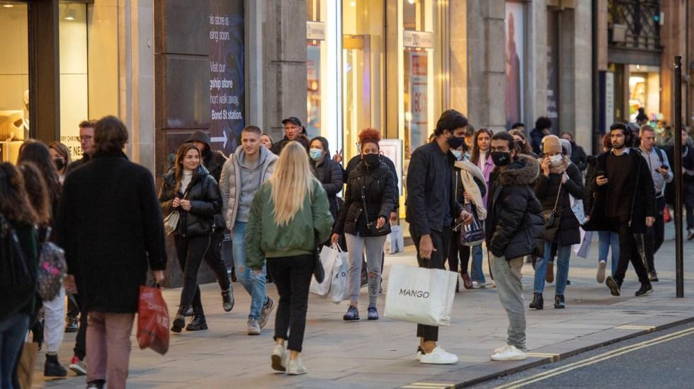 OMS discutirá con países europeos estrategia ante nueva variante de COVID-19 - Gente en calles de Londres durante pandemia de COVID-19. Foto de EFE