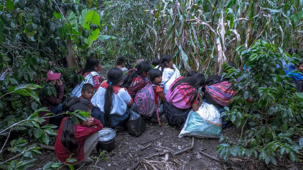 Atacan a balazos comunidades en Aldama, Chiapas - Habitantes del poblado maya tsotsil de Aldama, Chiapas. Foto de @OBS_defenders
