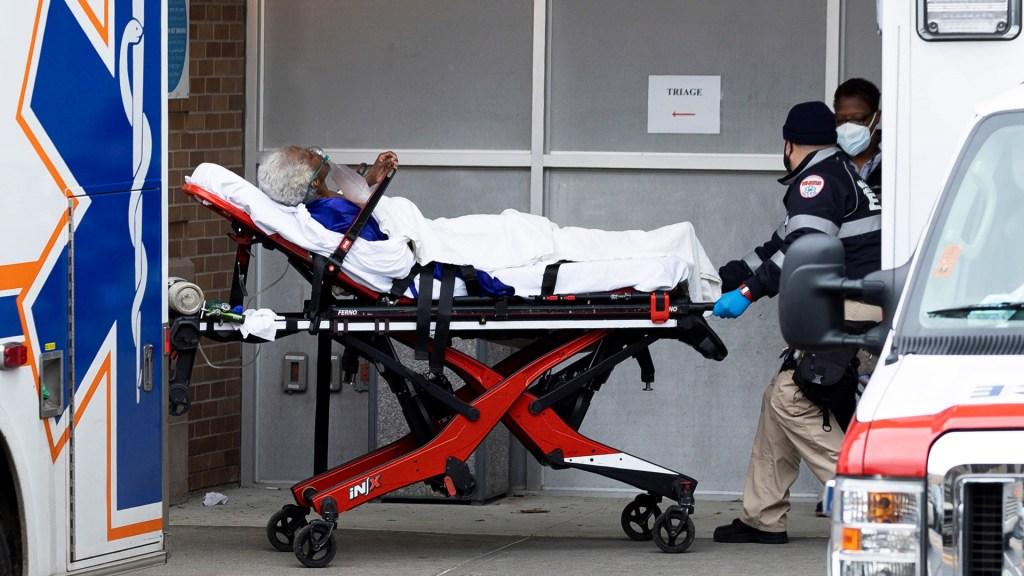 Advierte OPS alza de contagios de COVID-19 en EE.UU. y Centroamérica - Ingreso a hospital en Nueva York de paciente con COVID-19. Foto de EFE