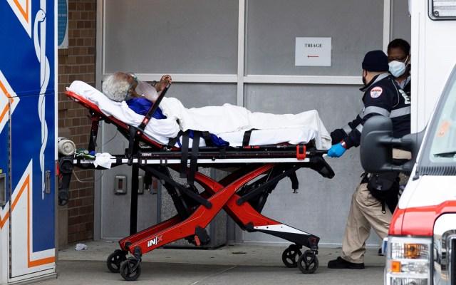 Más de 1 por ciento de la población mundial se ha contagiado de COVID-19 en un año - Ingreso a hospital en Nueva York de paciente con COVID-19. Foto de EFE