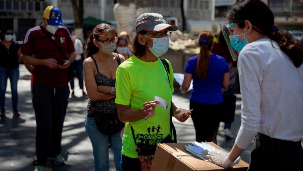 Guaidó celebra la participación en su consulta, pese a la baja asistencia - Foto de EFE