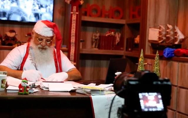 """La """"nueva normalidad"""" de un Santa Claus en Brasil: abrazos virtuales a través de una pantalla - La nueva normalidad de un Santa Claus en Brasil abrazos virtuales a través de una pantalla. Foto EFE"""