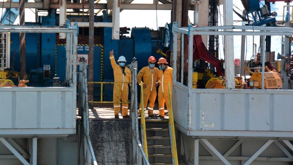 Fitch considera insuficientes estímulos fiscales propuestos por el Senado para Pemex - Las instalaciones de la plataforma de perforación Mase 807, en la cual se perfora el pozo Ayatsil 261 en la Sonda de Campeche. Foto Twitter @Pemex