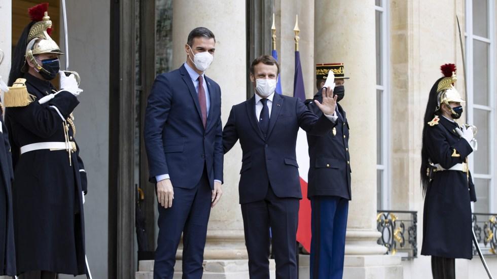 Se aíslan dirigentes en Europa ante positivo a COVID-19 de Macron - Macron junto a Pedro Sánchez en el Palacio del Elíseo. Foto de EFE