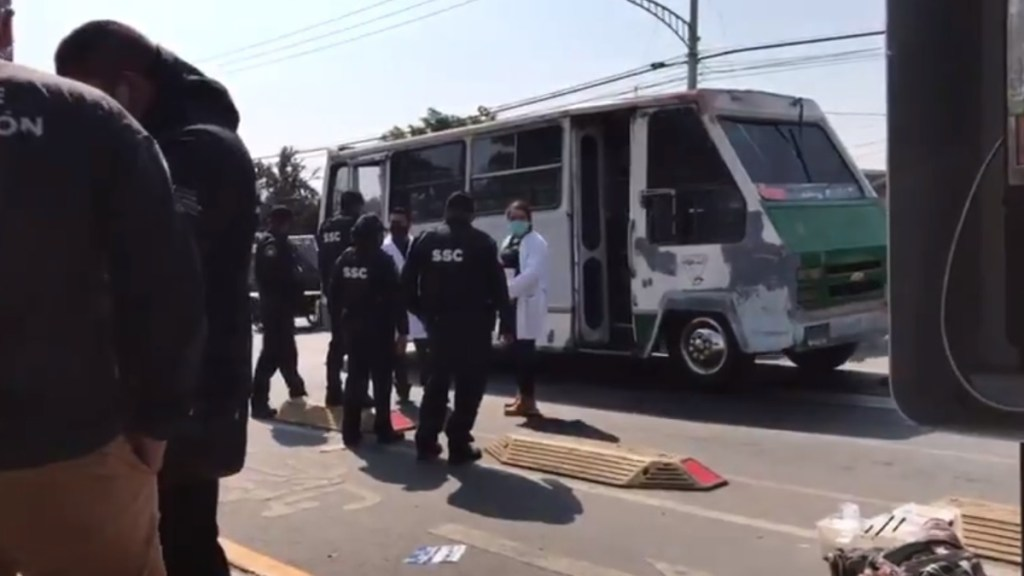Asesina pasajera de microbús en Tláhuac a presunto ladrón - Microbús de la ruta 44 en el que pasajera abatió a presunto ladrón. Foto de El Universal