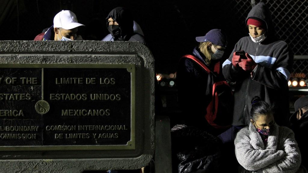 Migrantes cubanos intentan cruzar la frontera entre México y EE.UU. - Migrantes cubanos en espera de oportunidad para cruzar hacia EE.UU. desde Ciudad Juárez. Foto de EFE