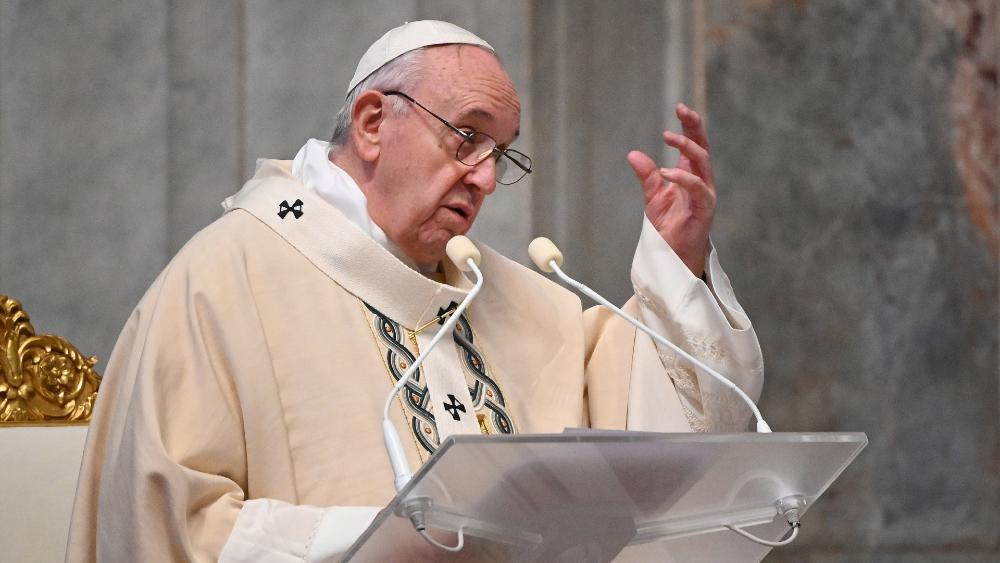 Papa Francisco autoriza que mujeres puedan dar la comunión y leer en las misas, pero no el sacerdocio - Foto de EFE