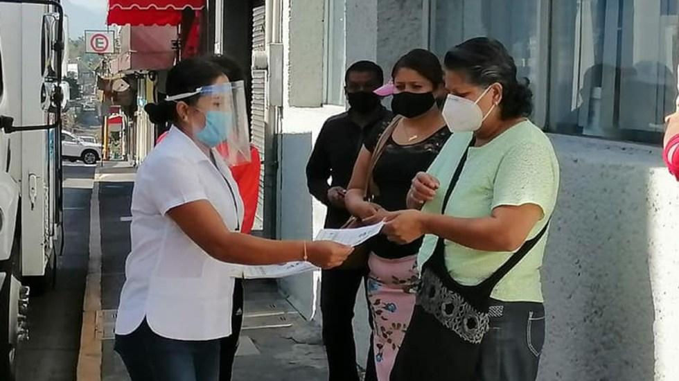 La mayoría de estados regresan a Semáforo Naranja por COVID-19; Veracruz la tercera entidad en alcanzar el Verde - Personal de la Secretaría de Salud de Veracruz entrega recomendaciones contra el COVID-19 a las personas. Foto de  @SSALUDVeracruz