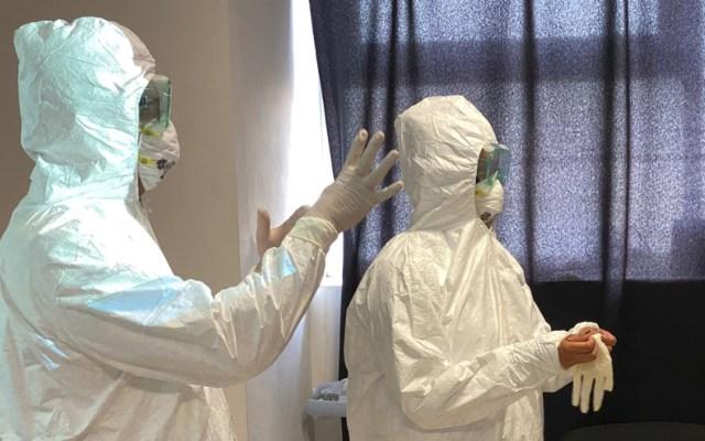 Entra Puebla en 'Alerta Máxima' por COVID-19; restringirán actividades no esenciales - Personal sanitario en Puebla que atiende a pacientes con COVID-19. Foto de @SaludGobPue