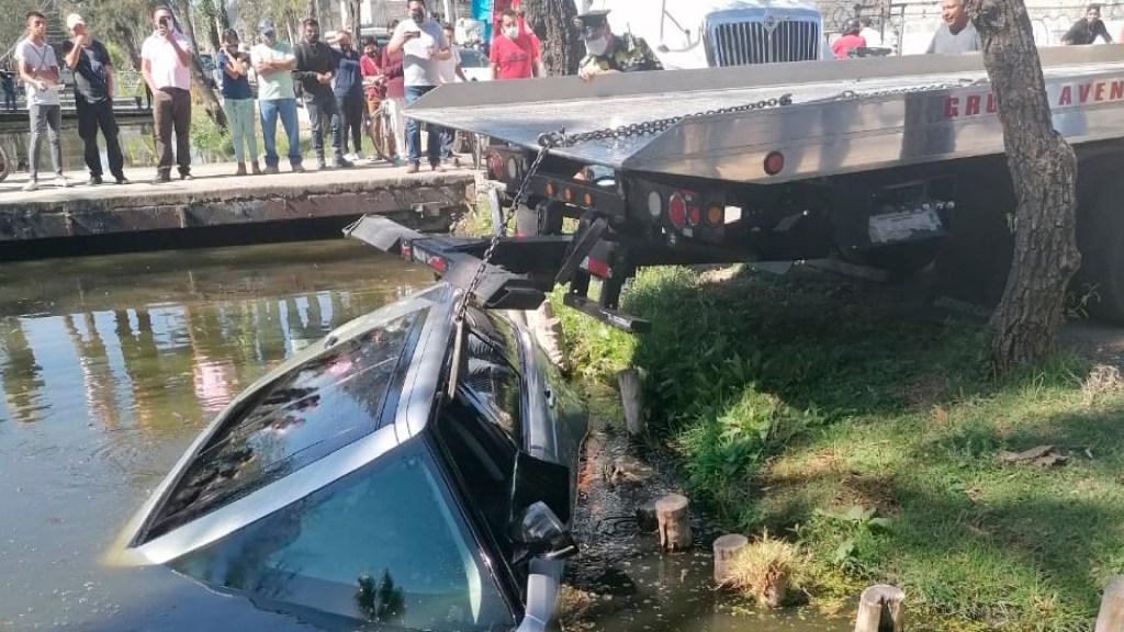 Conductor intenta esquivar auto, pierde el control y cae a canal en Xochimilco - Pierde control de camioneta y cae a un canal de Xochimilco, informa Protección Civil. Foto Twitter @SGIRPC_CDMX