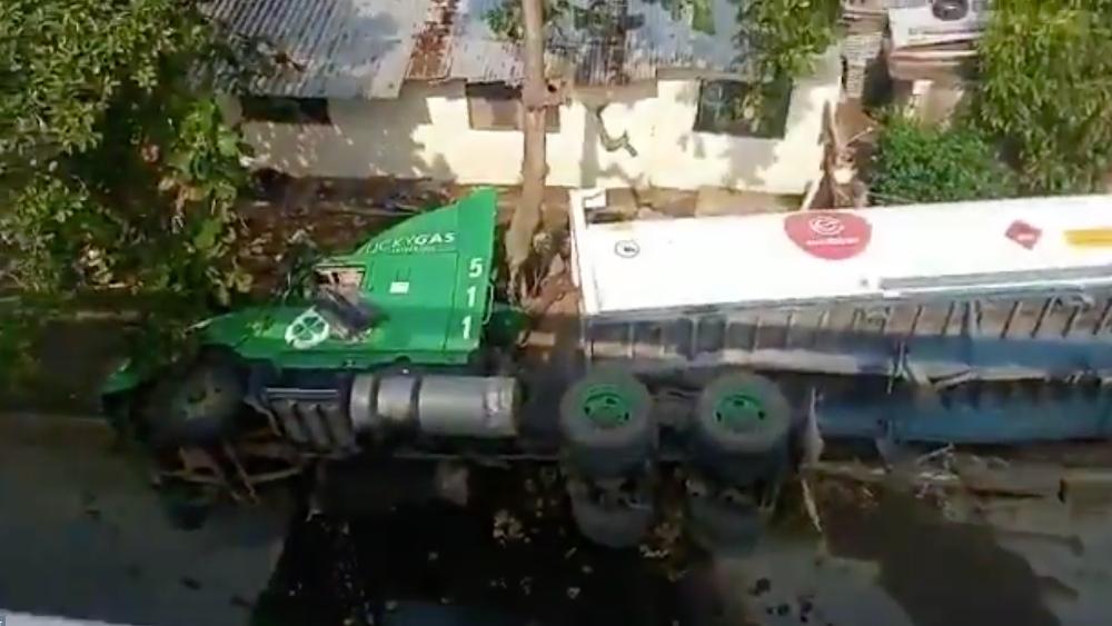 Pipa con etanol cae de puente en Veracruz - Foto de @televertv