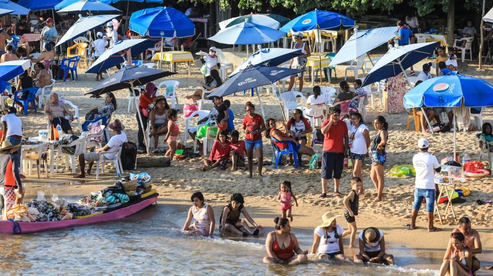 Alerta OPS aumento de casos y muertes por COVID-19 en México por turismo navideño - Playa de Acapulco durante pandemia de COVID-19. Foto de EFE