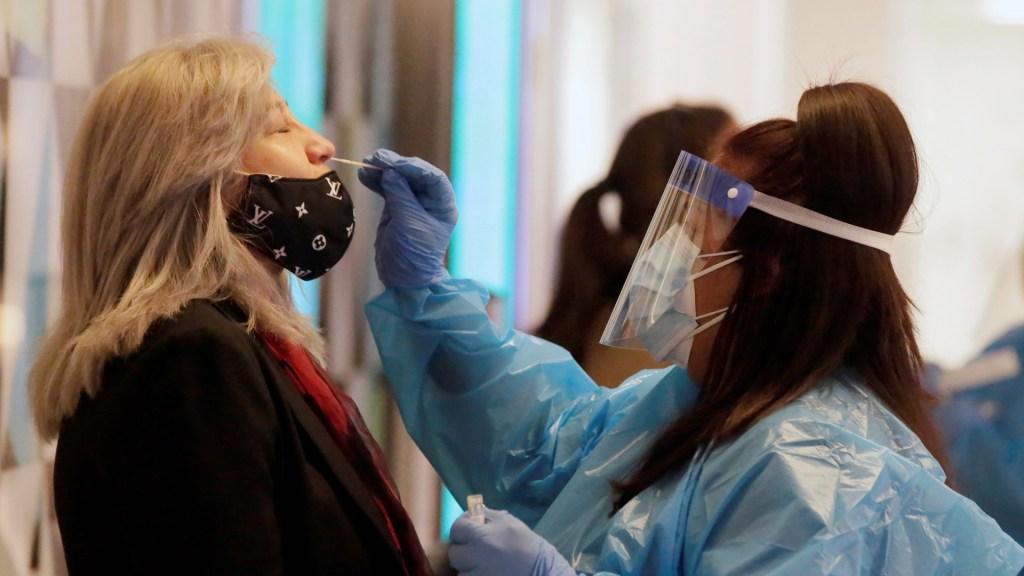 El mundo alcanzará 100 millones de casos de COVID-19 a finales de enero, prevé OMS - Prueba de COVID-19 en Aeropuerto de Los Ángeles, California. Foto de EFE
