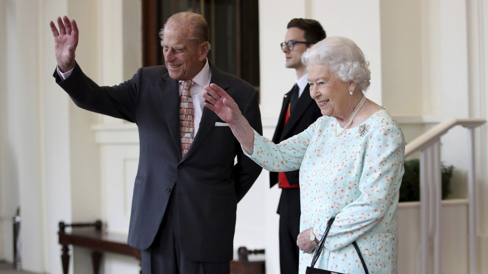 Reina Isabel recibe vacuna contra el COVID-19 - La reina Isabel II de Inglaterra y el duque Felipe de Edimburgo. Foto de EFE