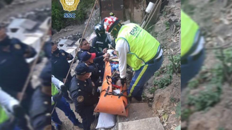 Rescatan en CDMX a adolescente de 13 años que cayó a barranca - Rescate de adolescente de 13 años de barranca en Álvaro Obregón. Foto de @SSC_CDMX