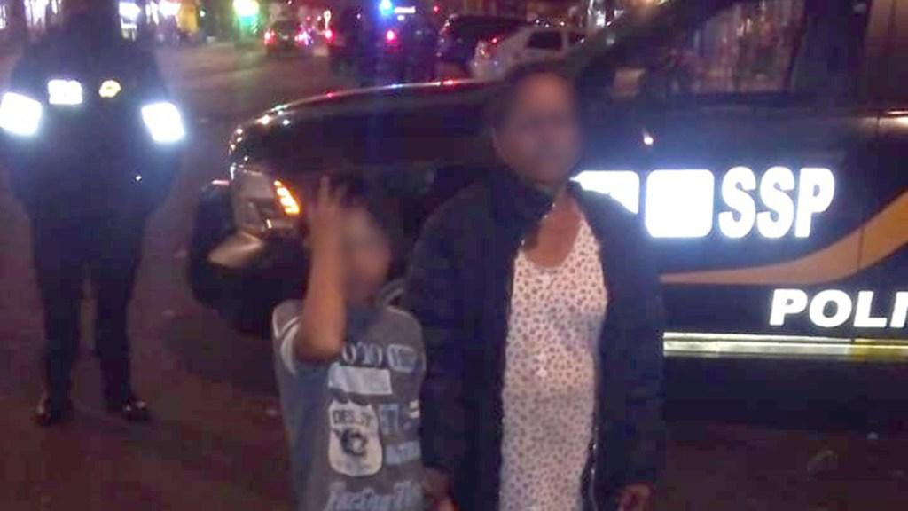 Policías reúnen con su madre a menor extraviado en la colonia Morelos - Reunión de niño extraviado con su madre. Foto de @SSC_CDMX