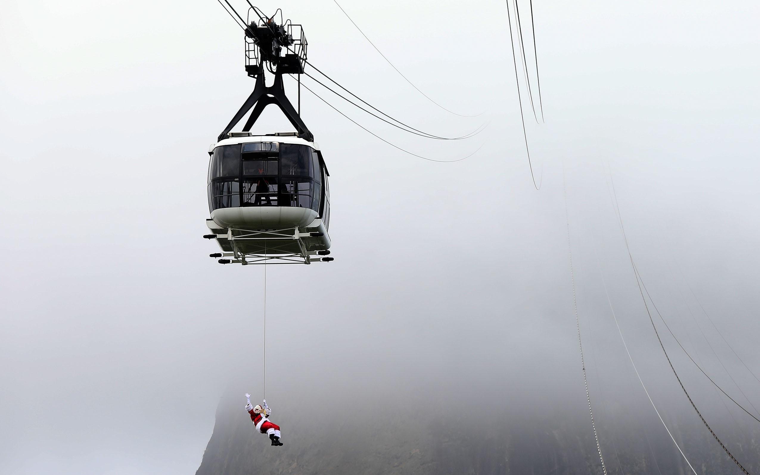 Un intrépido Papá Noel se lanza en rápel por el cerro de Pan de Azúcar en Río