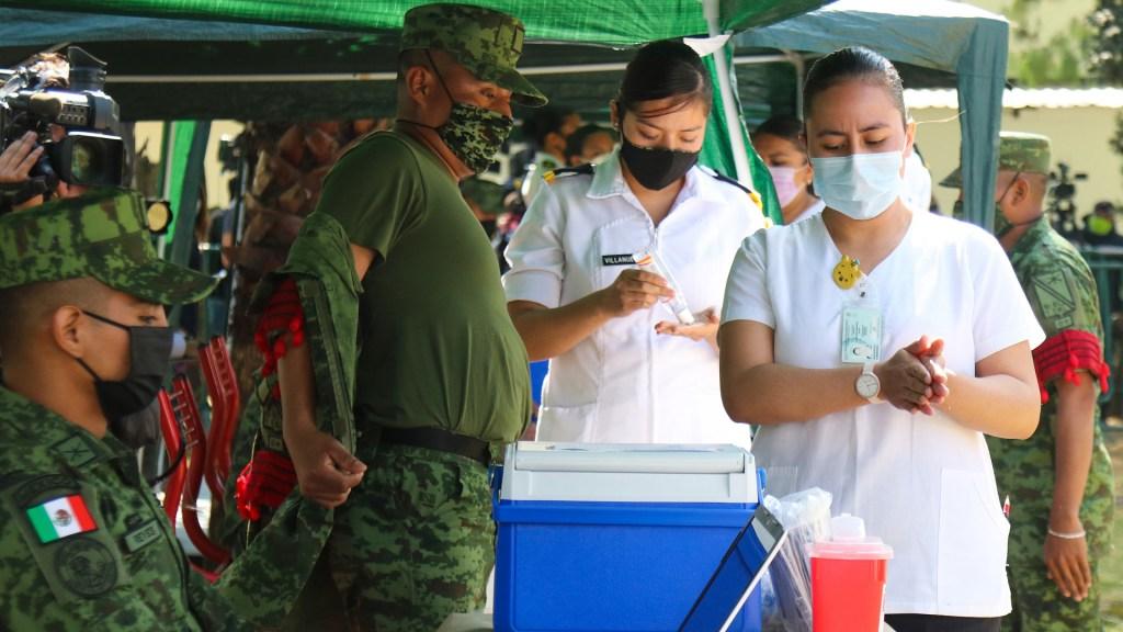 Retrasan en Coahuila llegada de vacuna contra COVID-19 - Soldados, funcionarios, trabajadores médicos y logísticos realizan el simulacro de traslado de vacunas contra COVID-19 en Ciudad de México. Foto de EFE