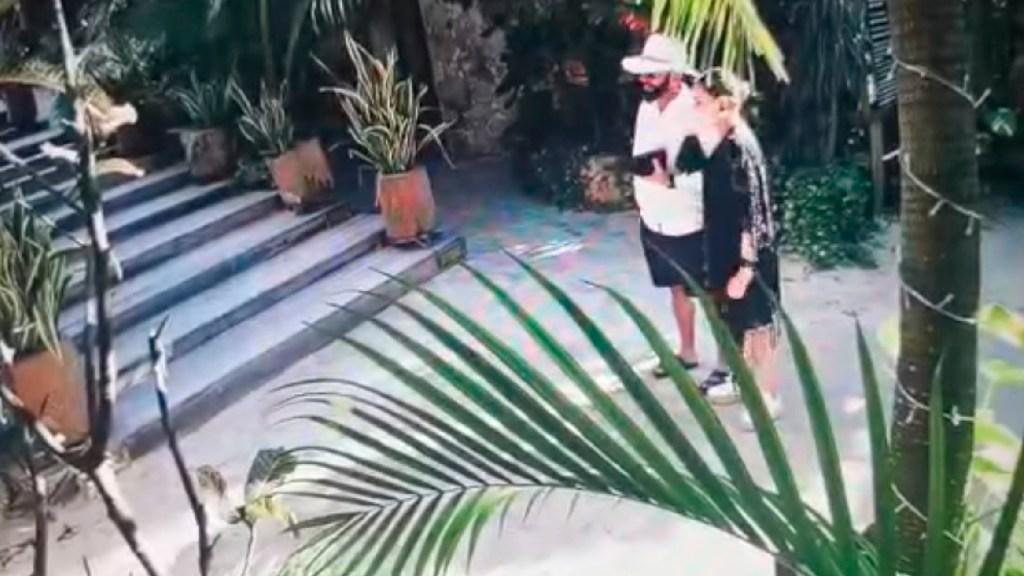 Abren carpeta de investigación contra responsables de incendio en hotel de Roberto Palazuelos - Sujeto intenta incendiar recubrimiento orgánico de hotel en Tulum. Foto captura de pantalla