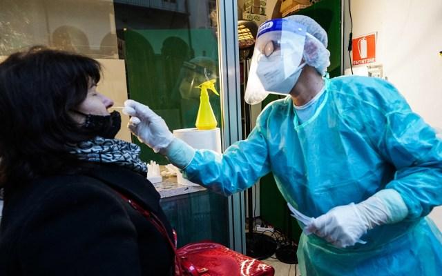 Europa supera los 20 millones de casos de COVID-19; el mundo alcanza los 66.7 millones - Toma de muestra para prueba de COVID-19 en Turín, Italia. Foto de EFE