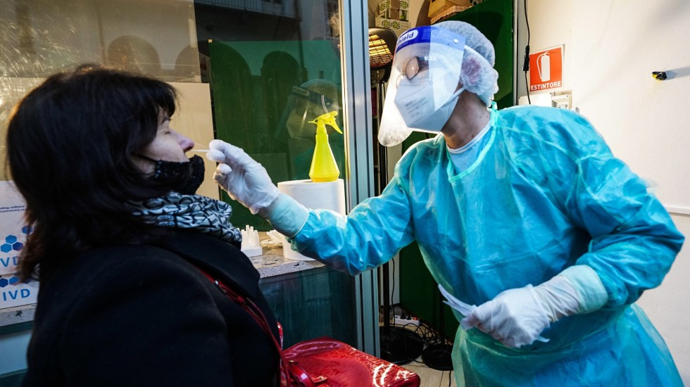 Impondrá Italia cuarentena a turistas y ciudadanos que vuelvan tras Navidad - Toma de muestra para prueba de COVID-19 en Turín, Italia. Foto de EFE
