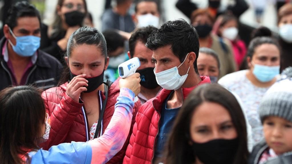 """""""Mientras no se tenga una vacuna, la única forma de enfrentar la pandemia es cuidándonos"""", reitera López Obrador - Toma de temperatura en calles de la Ciudad de México para detectar COVID-19. Foto de EFE"""