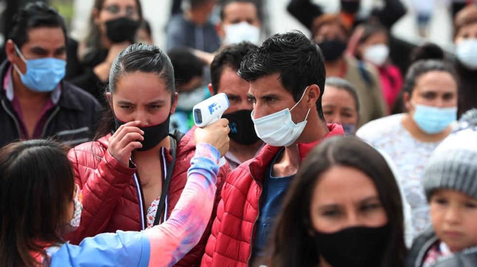 México rebasó los 114 mil muertos por COVID-19; se registraron en las últimas 24 horas casi 6 mil nuevos casos - Toma de temperatura en calles de la Ciudad de México para detectar COVID-19. Foto de EFE