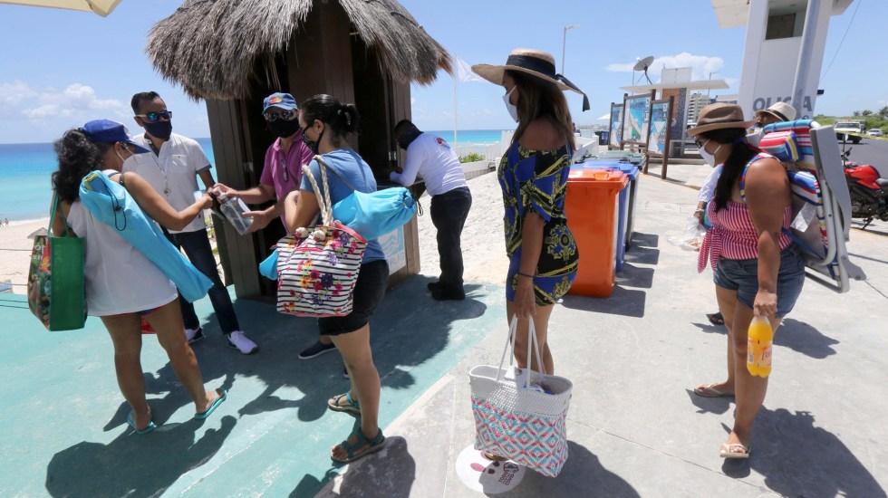 México sería el tercer país más visitado del mundo en año marcado por la pandemia - Turistas en Cancún, Quintana Roo. Foto de EFE