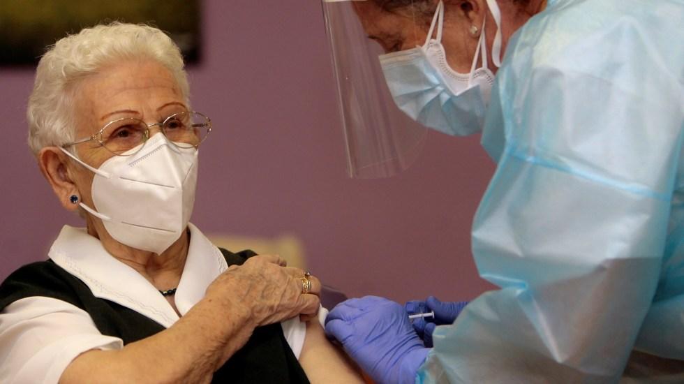 España aplicará tercera dosis contra COVID-19 a mayores de 70 años - Vacunación contra COVID-19 a Araceli en España. Foto de EFE