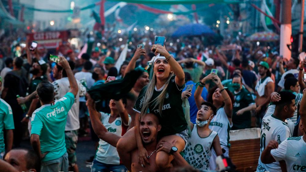 Tras ganar Copa Libertadores, aficionados del Palmeiras ignoran confinamiento y toman calles de Sao Paulo - Foto de EFE