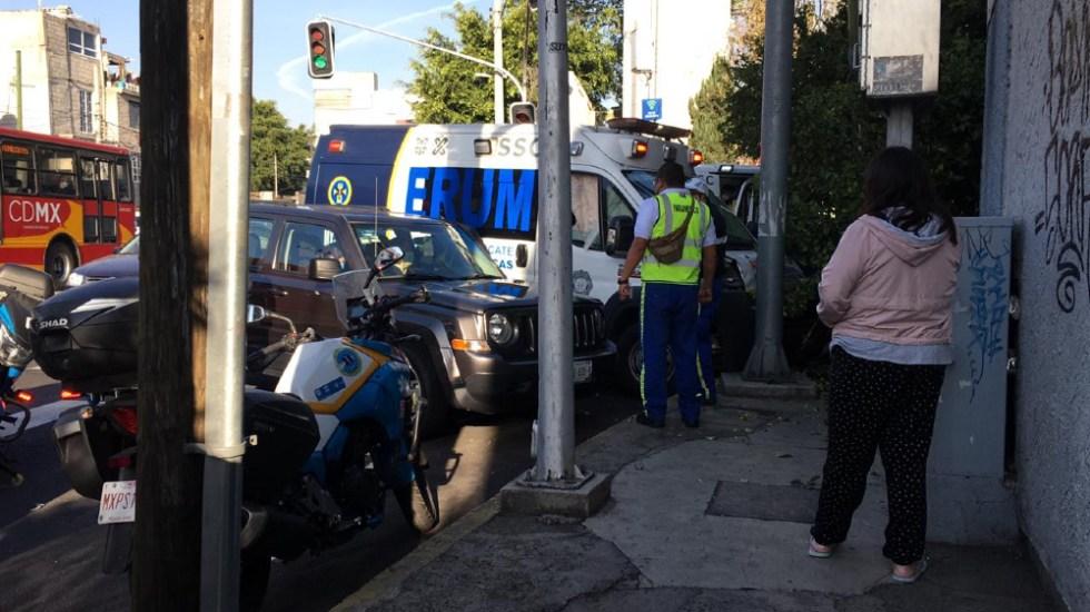 Choque de ambulancia y camioneta deja cuatro heridos en Iztacalco - Foto de @JerrxG13