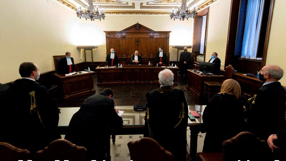 El Vaticano condena al expresidente de su banco y a dos socios por malversar - Foto de EFE