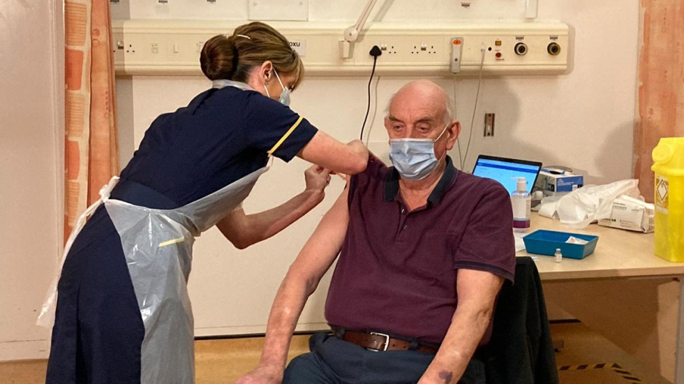 Reino Unido inicia vacunación con dosis de Oxford/AstraZeneca mientras prevé nuevas restricciones - Aplicación de vacuna de Oxford AstraZeneca en Reino Unido. Foto de @NHSEngland