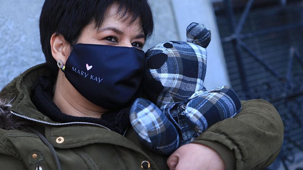 Un peluche con ropa de fallecidos por COVID-19 para soportar el duelo en México - Araceli abraza oso de peluche confeccionado con ropa de su padre muerto por COVID-19. Foto de EFE