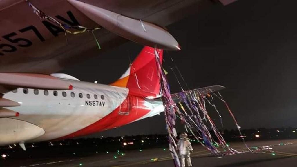 #Video Globo de pirotecnia impacta avión en Colombia - Avión con restos de globo de pirotecnia. Foto de @Conradoaviacion