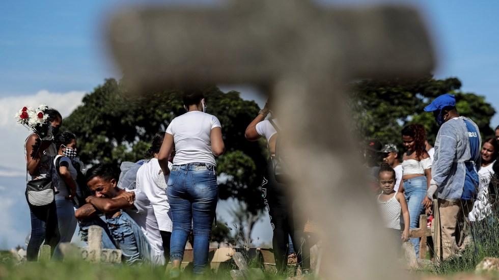 Brasil rebasa los 200 mil muertos por COVID-19 - Una familia llora la muerte de su padre por covid-19, durante el entierro en el cementerio de Caju en la zona norte de Río de Janeiro (Brasil). Foto de EFE/Antonio Lacerda