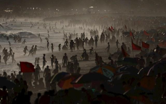 Brasil suma más de mil muertes por COVID-19 por tercer día y supera las 214 mil - Decenas de personas son vistas en la Playa de Ipanema durante la puesta de sol, hoy en Río de Janeiro, Brasil. Foto de EFE/ Fabio Motta.