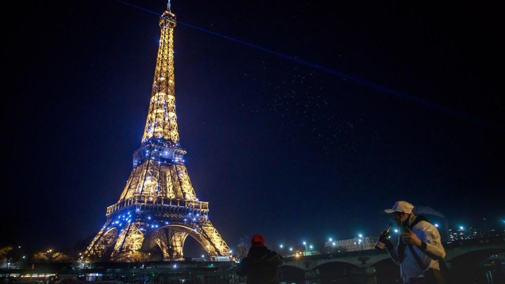 Imponen casi 7 mil multas en Francia por incumplir toque de queda en Año Nuevo - Calles de París prácticamente vacías durante Año Nuevo. Foto de EFE