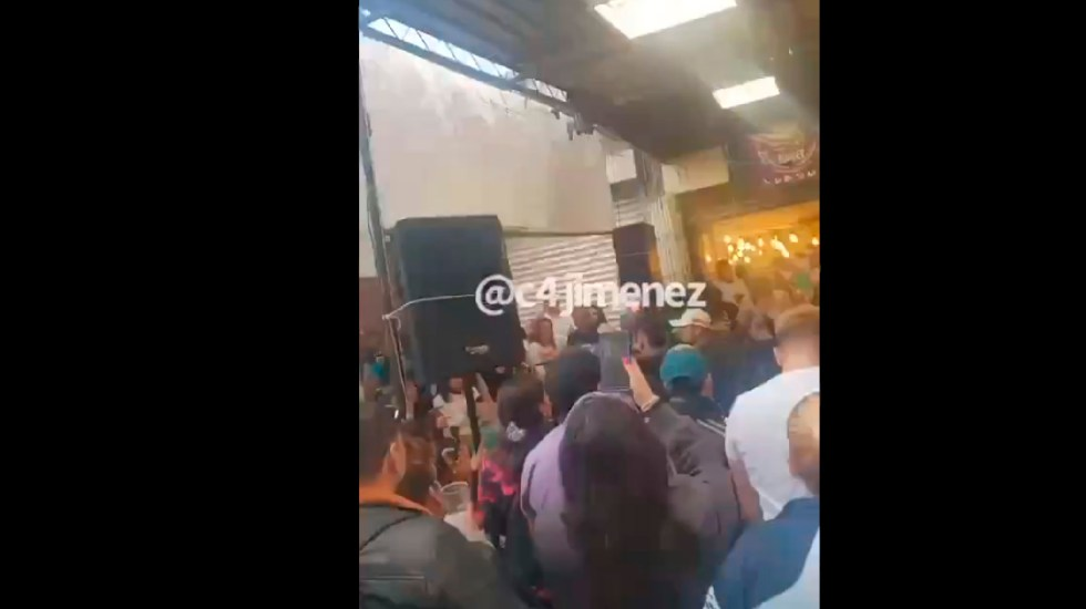#Video Chelería en Tepito ofrece alcohol, comida y música en vivo - Chelería abarrotada de gente en Tepito ofrece alcohol, comida y música en vivo. Foto Captura de pantalla