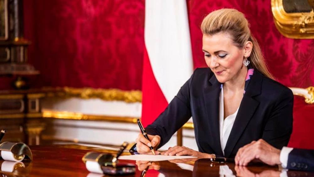 Renuncia una ministra austríaca por acusaciones de plagio en su tesis doctoral - Foto de Christine Aschbacher